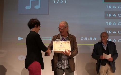Il Prof. Bruno Sartor consegna il premio